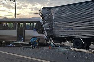 Xe khách lấn làn đâm thẳng vào xe tải, 18 người nhập viện cấp cứu