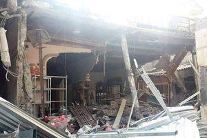 Xe tải 'điên' tông sập 3 nhà dân lúc nửa đêm, 12 người thoát chết ngoạn mục