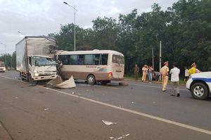 Xe khách va chạm xe tải, 7 người bị thương