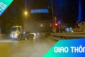 Xe container vượt đường ray xe lửa bất chấp rào chắn bảo vệ