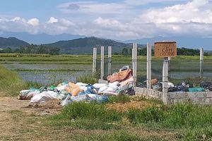 Làng quê thanh bình đang bị rác thải 'bủa vây'