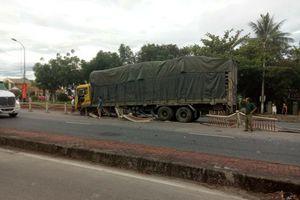 Sau tiếng nổ, xe tải 'cày' nát hơn 20 mét dải phân cách