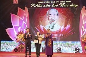 Món quà đặc biệt tại lễ trao giải Cuộc thi viết 'Những tấm gương bình dị mà cao quý'
