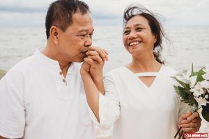 Kế hoạch bất ngờ của 2 cô con gái và bộ ảnh cưới như mơ của cặp vợ chồng sau 35 năm chung sống