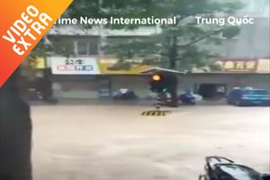 Trụ đèn tín hiệu trôi lềnh bềnh sau trận mưa lớn ở Trung Quốc
