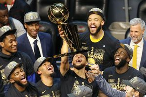 King James bất lực nhìn Golden State Warriors thống trị NBA