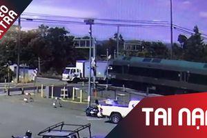 Xe tải bị tông do vượt đường ray xe lửa ở nước ngoài