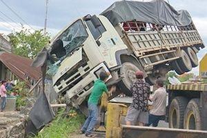 Cụ bà 80 thoát chết sau khi xe tải mất lái lao thẳng vào nhà
