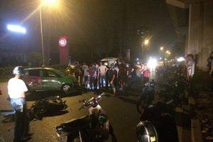 Hà Nội: Tông mạnh vào taxi chạy ngược chiều, 2 thanh niên nguy kịch