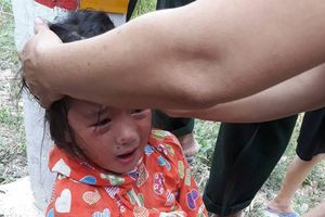 Nghệ An: Mẹ trói con vào cột mốc ven đường với lý do 'con hỗn khi đòi quà vặt'