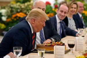 Ông Trump nhận bánh sinh nhật sớm trước Thượng đỉnh Mỹ-Triều