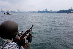 Tàu chiến của lực lượng Hải quân Singapore tuần tra quanh đảo Sentosa trong bữa trưa của lãnh đạo Mỹ, Triều