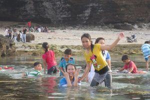 Dạo chơi tắm biển, một du khách tử vong ở Hang Câu