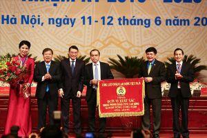 Chủ tịch Tổng LĐLĐVN Bùi Văn Cường tặng Cờ thi đua cho Công đoàn Ngân hàng Việt Nam