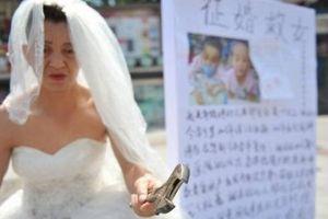 Bố hóa trang 'cô dâu', sẵn sàng hầu hạ ai có thể chi trả tiền chữa bệnh cho con gái
