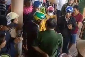 Trưởng công an huyện bị hất nước phân heo lên người