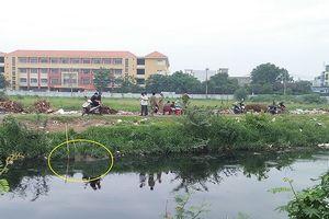 Thi thể nam giới nổi lên trên kênh Tham Lương