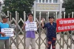 Con bị tạm giam hơn 1.000 ngày, gia đình đến VKS 'đòi'