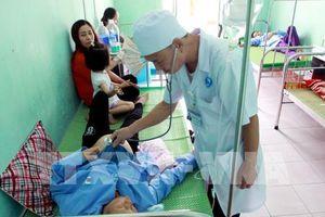 Ăn tiết canh lợn, hàng chục người nhập viện cấp cứu