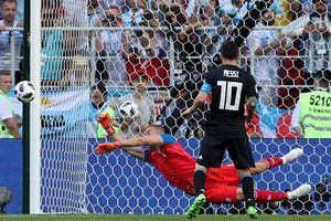 Messi bỏ lỡ quả penalty 16 năm mới có của Argentina