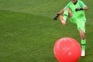 Hài hước: Liverpool thả quả bóng khổng lổ thử thách khả năng nhận biết của Alisson