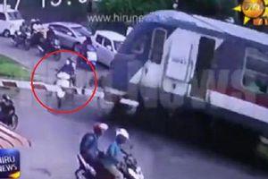 Clip: Cố vượt đường ray, 2 người đi xe máy bị tàu hỏa đâm chết
