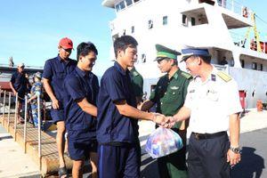 Cứu 31 ngư dân bị chìm tàu ở vùng biển Trường Sa