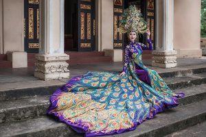 Chi Nguyễn mang áo dài chim khổng tước nặng 20kg đến Miss Asia World 2018