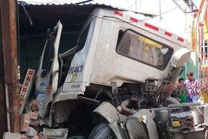 Container nổ lốp tông sập phòng bảo vệ