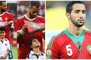 Cảm động khi nhìn cảnh cầu thủ Maroc che mưa cho bé gái trên sân bóng