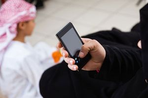 Cha mẹ hay dán mắt vào điện thoại sẽ ảnh hưởng xấu đến trẻ