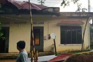 Kinh hoàng lốc xoáy quét giữa mùa hè, hàng loạt nhà dân bị hư hỏng