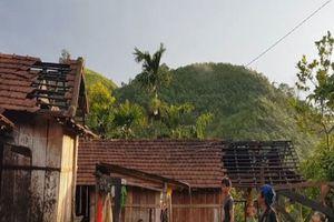 Lốc xoáy càn quét phá hỏng 100 nhà dân ở Quảng Ngãi