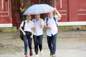 Thừa Thiên - Huế: Thí sinh đội mưa đến làm thủ tục dự thi