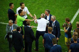 Ban huấn luyện Đức và Thụy Điển suýt choảng nhau ngoài đường pitch