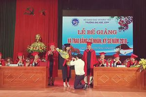Tin 'hot' giáo dục: Thầy quỳ gối cầu hôn sinh viên lúc trao bằng