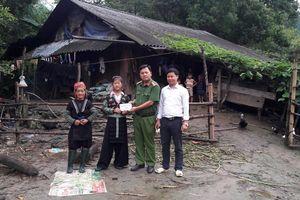 Trao tiền cho gia đình nạn nhân vụ 9 người chết đuối trên sông Hồng ở Lào Cai