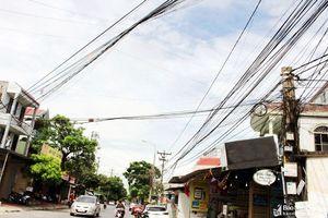 Lửng lơ 'mạng nhện' dây điện, cáp viễn thông trên đường phố Vinh