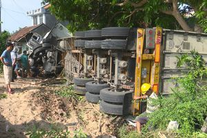 Xe container đâm nhà dân khiến 3 người đang ngủ bị thương nặng
