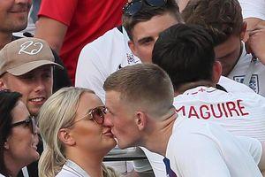 Cầu thủ Anh hôn say đắm vợ và bạn gái sau cơn mưa gôn!
