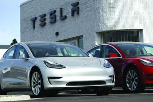 Tesla cắt giảm 4.000 việc làm và ra mắt xe hơi tự lái