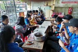 Nấu chè đậu đỏ, phát bánh mỳ miễn phí… tiếp sức cho sĩ tử Huế