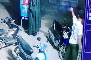 Trưởng công an xã xắn quần nổ súng 'thị uy' trong đêm