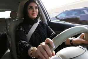 Phụ nữ ở đất nước này vừa mới được phép lái ô tô: Xúc động và khó tin