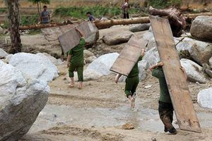 Công an huy động lực lượng hỗ trợ người dân khắc phục hậu quả do lũ gây ra