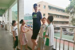 Trung Quốc: Cậu bé 11 tuổi sở hữu chiều cao `khủng` hơn 2m