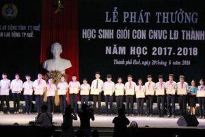 LĐLĐ thành phố Huế khen thưởng học sinh có thành tích học tập tốt