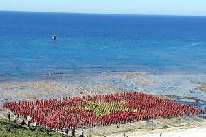 3.000 người xếp cờ Tổ quốc, hát Quốc ca giữa đảo Lý Sơn