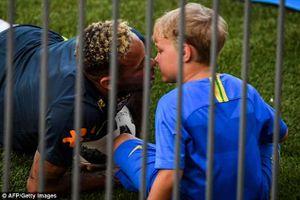 Neymar hôn con trai trên sân tập trước trận knock-out với Mexico