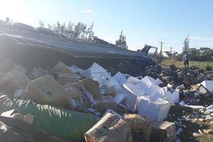 Xe container lật vệ đường, dân giúp tài xế gom 20 tấn hoa quả